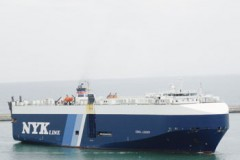 VEHICLE CARRIERS: Car carrier drives forward